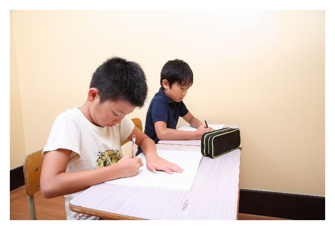 塾で学ぶ子供